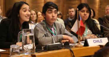 Niños y adoslecentes abrazándose en Chile - América Solidaria